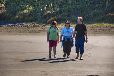 Gill, Lorraine and Ken Bethells Beach New Zealand - 9 Apr 2007