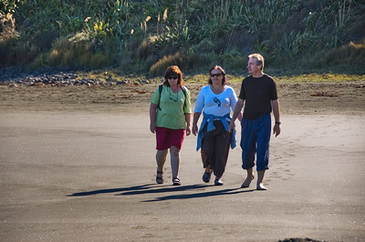 Gill, Lorraine and Ken Bethells Beach New Zealand - 9 Apr 2007