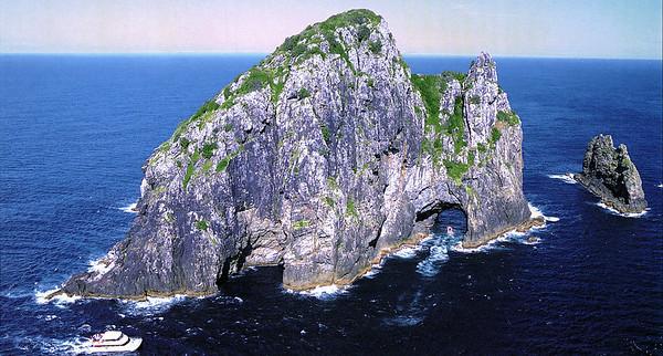 0991 - hole in the rock near cape brett