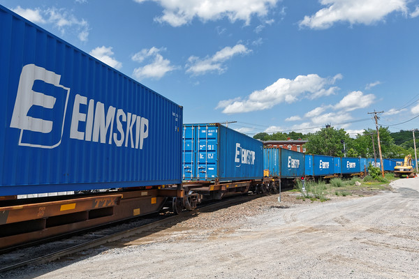 POSE also had lots of EIMSKIP containers. 6/6/2016 - 598C8914dK