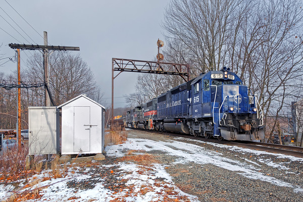 PAS train EDAY eases under the ancient signal bridge at Parkers at the west end of the Gardner, MA yard. 12/8/2016 - 598C8927daK