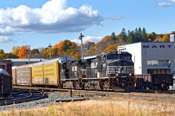 Train 28N pauses in the Gardner yard to drop one auto rack for the P&W to pick up. 10/19/2016 - 598C6929dK