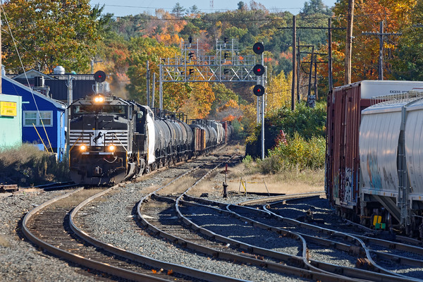 The same AYED coming down the hill into the yard at Gardner. 10/19/2016 - 598C6908dK