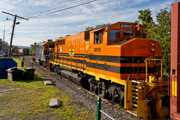 Pumpkins sure glow in the early morning light - NECR 3015 works the yard in Palmer MA. 8/17/17 - 598C3029dK