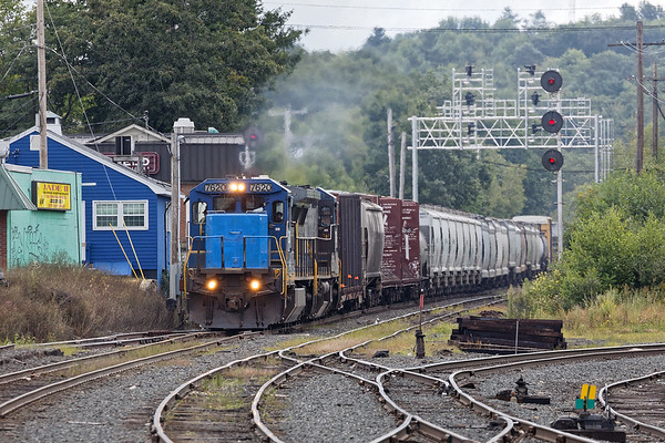 It almost matches...Pan Am 7620, a dash 8 with a bright blue nose, leads train POED down the hill into the Gardner MA yard. 8/30/2017 - 6V4A6527dK