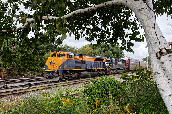 NS 1071, the Jersey Central Lines Heritage Unit, leads train 28N into the yard at Gardner MA. 8/30/2017 - 6V4A6575dK