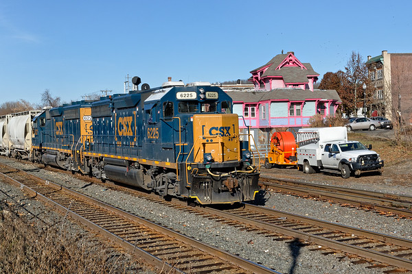 B740 rolls into the CSX yard at MP83 in Palmer MA.<br /> 11/21/2019