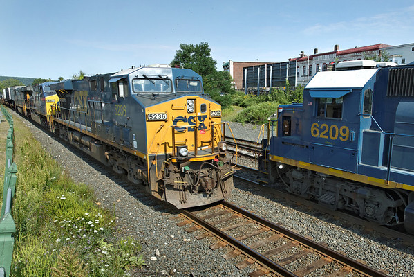 CSX train Q022 eastbound meets the Springfield local, in the hole on the siding at MP83, Palmer, MA on the CSX Boston Line. 8/31/2012 - 598C0378dK