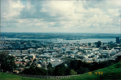 Auckland: view from Mt. Eden - Harbour Bridge