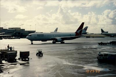 Honolulu airport: plane to LA