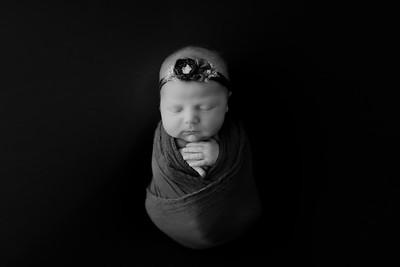 00005©ADHphotography2021--AuroraAnderson--Newborn--April19BW
