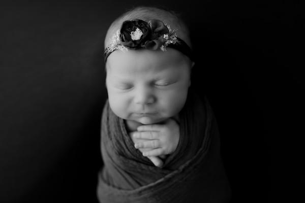 00004©ADHphotography2021--AuroraAnderson--Newborn--April19BW
