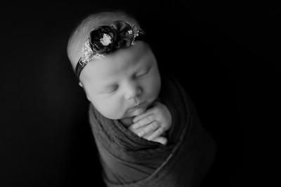 00006©ADHphotography2021--AuroraAnderson--Newborn--April19BW