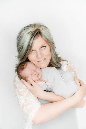 00005--©ADHPhotography2019--Heinen--Newborn--May16