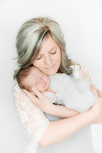 00021--©ADHPhotography2019--Heinen--Newborn--May16