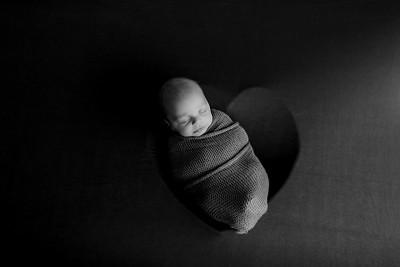 00001©ADHPhotography--JASEKHEGWOOD--NEWBORN--APRIL29bw