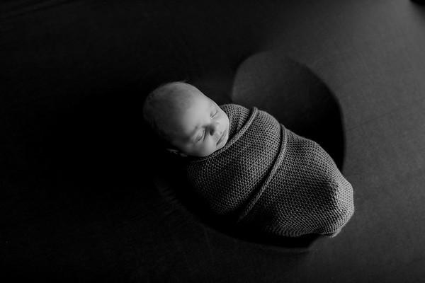 00011©ADHPhotography--JASEKHEGWOOD--NEWBORN--APRIL29bw