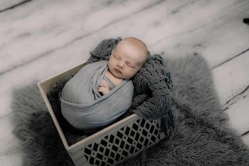 00009--©ADHPhotography2020--GriffinSheets--NewbornAndFamily--January7