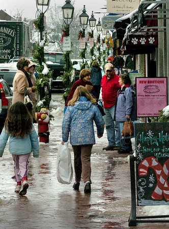 Newburyport:<br /> Downtown Newburyport was crowded with people doing last minute Christmas shopping Wednesday morning. Today could be busy as well as people exchange gifts and use gift cards they received.<br /> Photo by Bryan Eaton/Newburyport Daily News Wednesday, December 24, 2008
