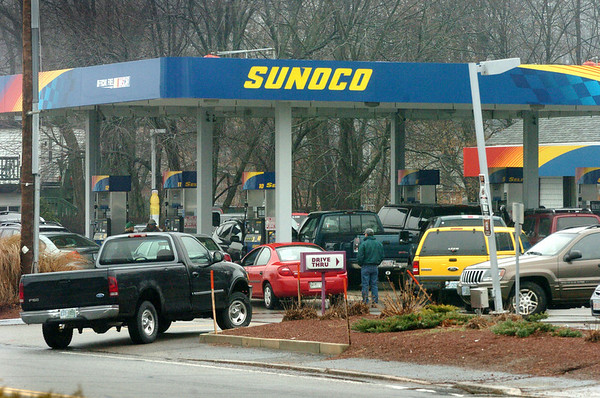 Salisbury:<br /> With power out in Amesbury and Seabrook gas stations in Salisbury, like the Sunoco on Elm Street, had lines waiting to fill up.<br /> Photo by Bryan Eaton/Newburyport Daily News Friday, December 12, 2008