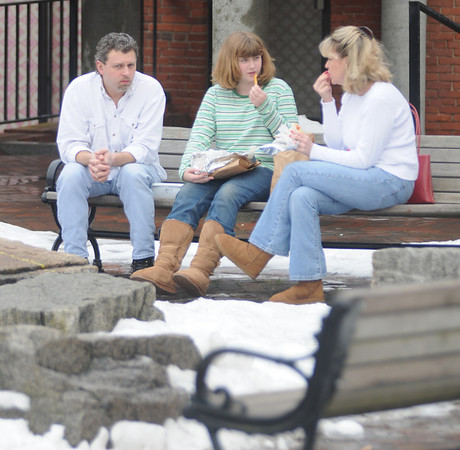 Newburyport:Bill Hewitt of Plastow NH enjoy lunch with his wife Polly and his daughter Jamie on Inn Street on a warm winter day.photo by Jim Vaiknoras.Newburyport Daily News. Saturday December 27, 2008