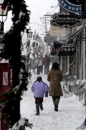 "Newburyport: ""City sidewalks, Busy Sidewalks""<br /> Shoppers brave a Sunday snow storm in Market Square to do some Christmas shopping.photo by Jim Vaiknoras/Newburyport Daily News.Sunday December 21, 2008"
