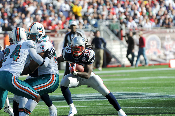Foxboro: Patriots running back, Laurence Maroney (39) looks for daylight while running against the Miami Dolphin defense on Sunday. The Patriots won the game 27-17. Photo by Ben Laing/Staff Photo