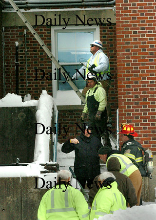 Amesbury:<br /> Amesbury police and fire personnel and workers from National Grid check out a gas leak at Amesbury Health Center at Morrill Place yesterday morning.<br /> Photo by Bryan Eaton/Newburyport Daily News Monday, March 02, 2009