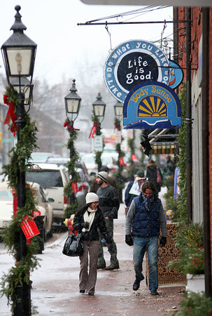 Newburyport: Shoppers were treated to a early white Christmas Monday afternoon as snow began to fall in downtown Newburyport. Photo by Ben Laing/Staff Photo