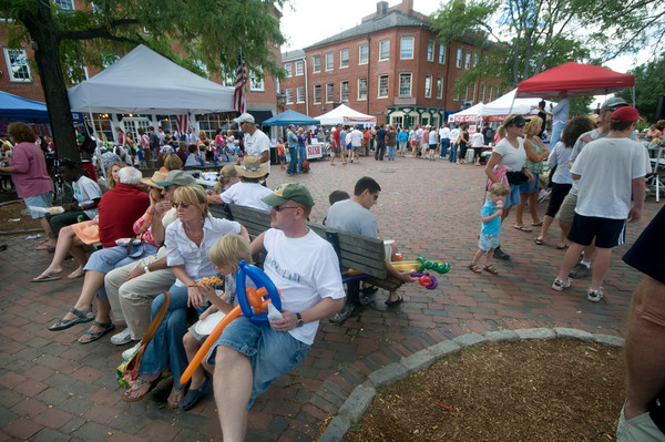 Newburyport: The crowd enjoys perfect weather Sunday for the annual Labor Day Festival in Market Square in Newburyport. Jim Vaiknoras/Staff photo