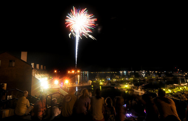 newburyport: Fireworks explode over the Merrimack River as seen from the  Rail Trail. Jim Vaiknoras/Staff photo