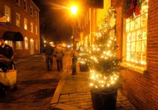 Newburyport: Shoppers make their way up Inn Street in Newburyport. Jim Vaiknoras/staff photo