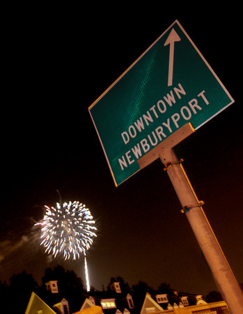 Newpuryport: The annual Yankee Homecoming fireworks explode over Rt 1 in Newburyport Saturday night. Jim Vaiknoras/staff photo