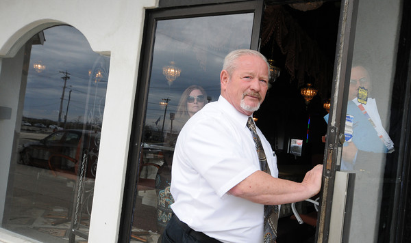 Salisbury:Doug Maroney of Keenan and Maroney Realtors locks the door at the property being auctioned in Salisbury Beach Center Saturday. The auction was called off when only one bidder regestered. Jim Vaiknoras/staff photo