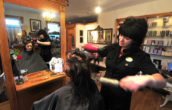 Newburyport: Alexandra Caswell styles Linda Farinelli hair at Spa Paradiso in Newburyport. Jim Vaiknoras/staff photo