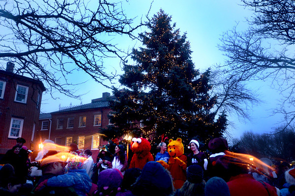 newburyport: A crowd braves the cold and rain for the annual tree lighting in Market Square in Newburyport Sunday. jim Vaiknoras/staff photo