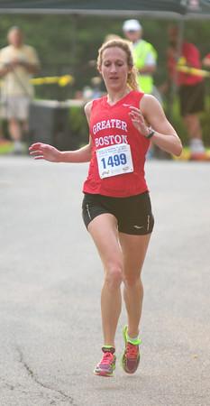 JIM VAIKNORAS/Staff photo <br /> Laura Paulson wins the Yankee Homecoming 10 mile race.
