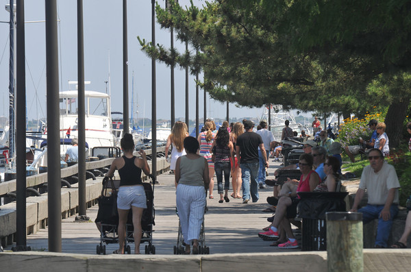 Nwburyport: People search for a breeze along the boardwalk in Market Landing Park in Neburyport Saturday afternoon. Jim Vaiknoras/staff photo