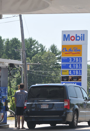newburyport: A motorist fills up his gas tank on Story Ave n Newburyport. Jim Vaiknoras/staff photo