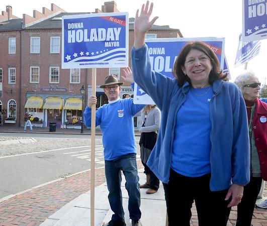 Newburyport: Newburyport mayor Donna Holaday waves to supporters in Market Square Saturday. Jim Vaiknoras/staff photo