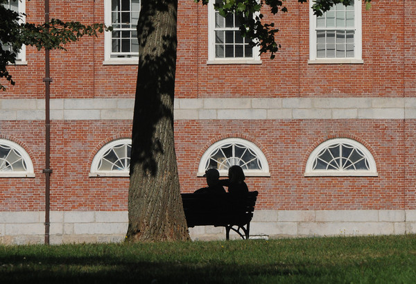 Newburyport: A couple relaxes in the late afternoon on the Bartlet Mall in Newburyport. Jim Vaiknoras/staff photo
