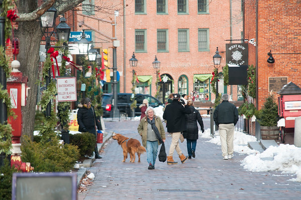 JIM VAIKNORAS/Staff photo Shopper walk along Inn Street in Newburyport Saturday looking for gifts as Christmas approaches.