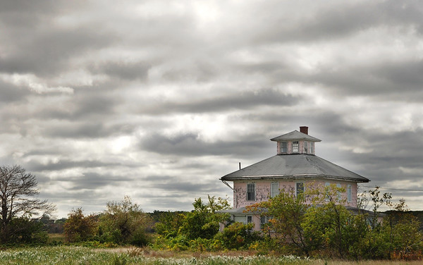 "JIM VAIKNORAS/Staff photo Clouds gather over the ""Pink House"" along the Plum Island Turnpike Thursday afternoon."