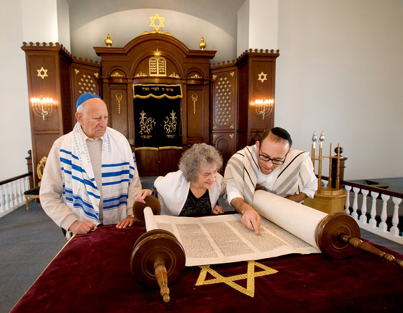 Rabbi Avi Poupko reads the Torah with