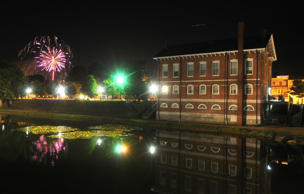 Newburyport: The Yankee Homecoming fireworks explode over the Bartlet Mall in Newburyport Saturday night. Jim Vaiknoras/Staff photo 2010