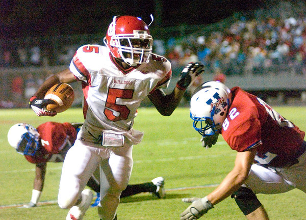 Justin Myers of the Carthage Bulldogs runs with the ball during the game against the Henderson Bulldogs at Lion Stadium in Henderson Friday night, September 1, 2006. (Luisa Morenilla/Longview News-Journal)