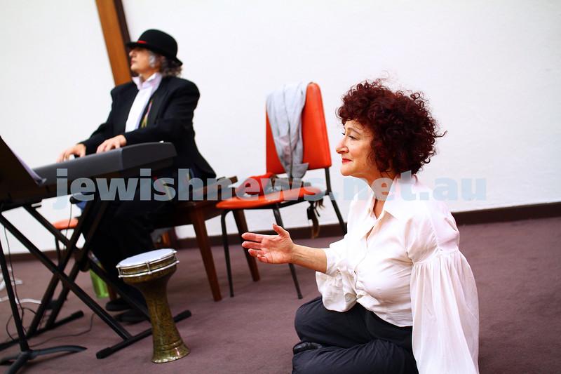 """25-5-15. Rehearsal for """" Ek Velt """" at the Kadimah. Evelyn Krape (right), Tomi Kalinski. Photo: Peter Haskin"""
