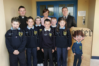 Caitriona Ruane MLA Minister for Education is pictured with Jonesboro Primary School Chaplain Fr Dermot Maloney members of the school council and Principal Mr Donal Keenan. 07W38N6