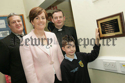 Caitriona Ruane MLA MInister for Education unviels a plaque to mark the opening of a new extension at Jonesboro Primary School on Wednesday last. Also pictured is School Chaplain Fr Maloney, Principal Mr Donal Keenan and Primary 6 pupil Ryan Phillips. 07W38N7