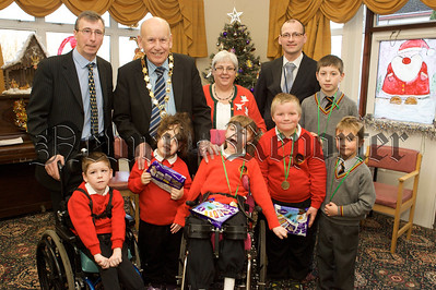 Mayor Mick Murphy is pictured with pupils from Abbey PS. 10W51N3